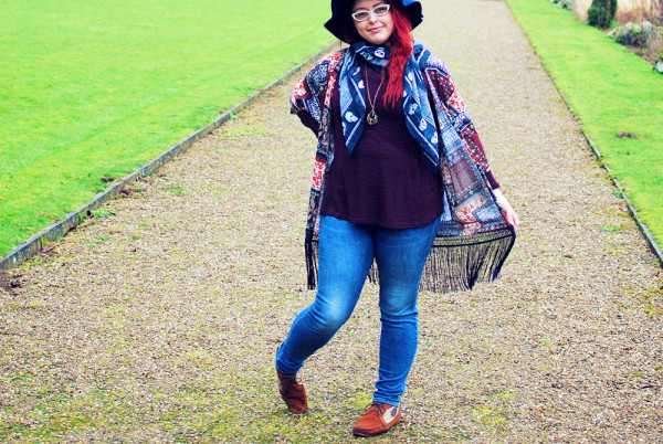 Bohemian style outfit, how to wear jeans, layers and fringing.